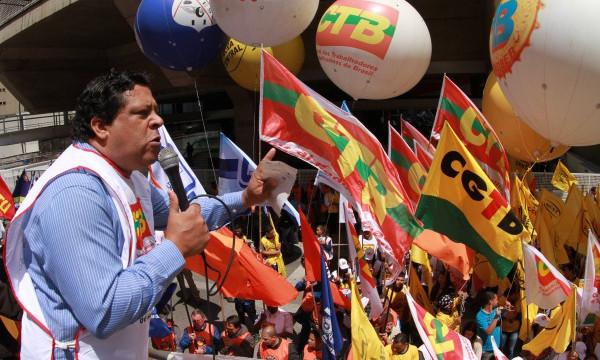 Bolsonaro afronta Constituição e dobra aposta no golpe