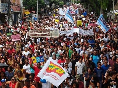 Baianos vão as ruas em defesa da educação, rumo a greve geral